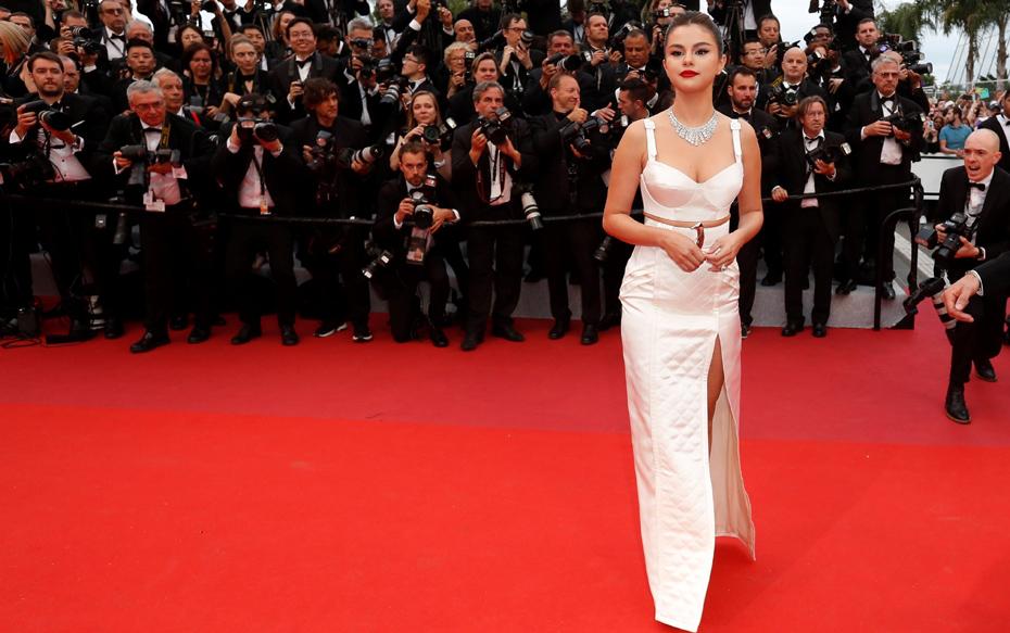 Fotos: Selena Gomez se luce con un elegante atuendo en su debut en la alfombra roja de Cannes 2019