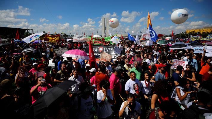 """Bolsonaro justifica recorte a educación superior en Brasil y tilda a manifestantes de """"idiotas útiles"""""""