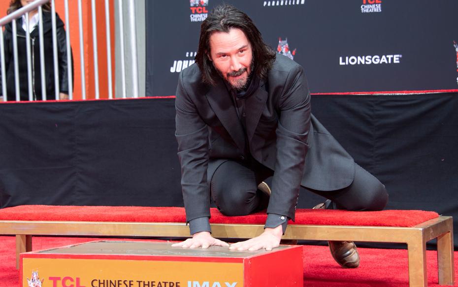 """Fotos: Keanu Reeves deja sus huellas en Hollywood vestido al estilo de su popular personaje en la saga """"John Wick"""""""