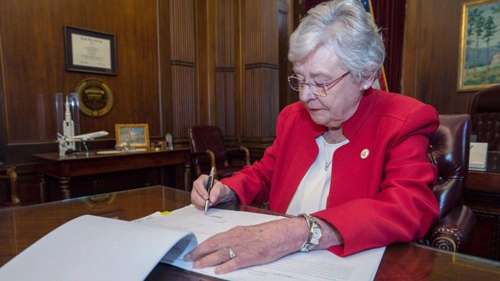 Gobernadora de Alabama firma ley que prohíbe el aborto y desafía su legalidad en Estados Unidos