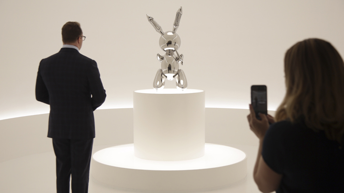 Jeff Koons, consagrado como el artista vivo más costoso: ¿Un ícono o un síntoma de la deriva artística?