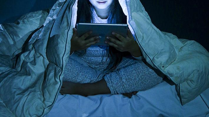 Problemas de sueño en adolescentes pueden revertirse en una semana al limitar el uso de pantallas