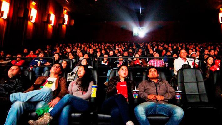"""Cines en Chile le responden a alcalde Alessandri: """"No revisamos las mochilas"""""""