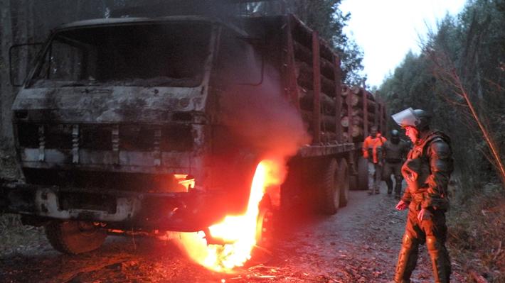 Desconocidos queman camiones en fundo de Forestal Arauco ubicado en la Región del Biobío