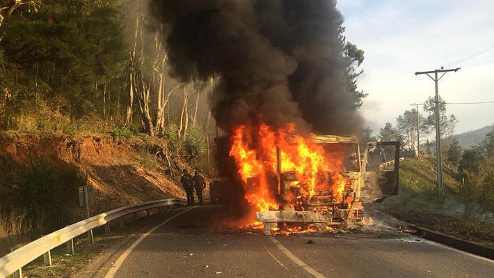 Nuevo ataque incendiario en Arauco: Dos camiones fueron quemados en ruta camino a Cañete