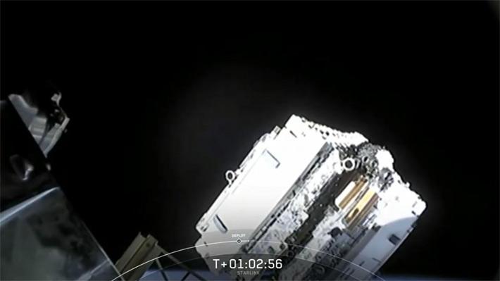Elon Musk logra desplegar con éxito los primeros 60 satélites de su red de internet desde el espacio