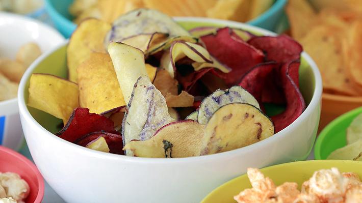 ¿Son realmente más saludables los chips de vegetales que las papas fritas? Expertos opinan sobre esta tendencia de snacks