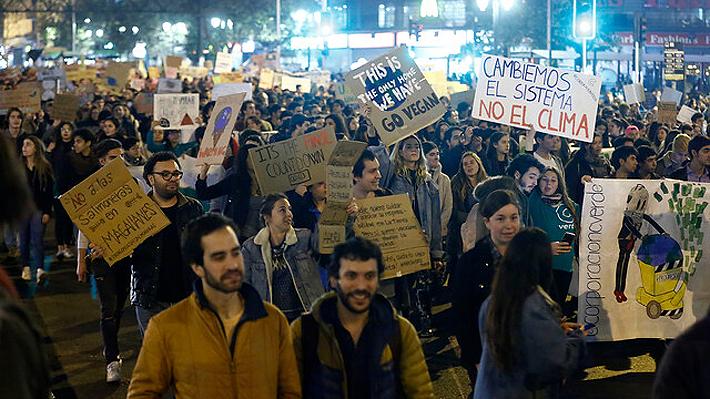 Cientos de jóvenes marcharon en Santiago para generar conciencia y frenar el cambio climático