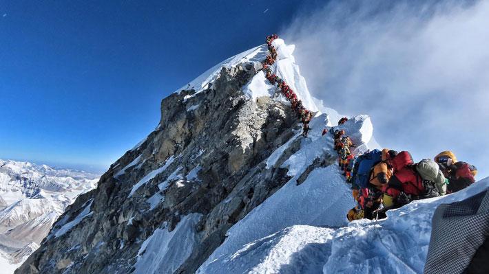Pasó de ser una hazaña de pocos a una cuestión de cientos: La enorme afluencia para subir el Everest