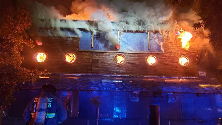 Incendio afecta a reconocido restaurante de Santiago centro: Segundo piso quedó totalmente destruido