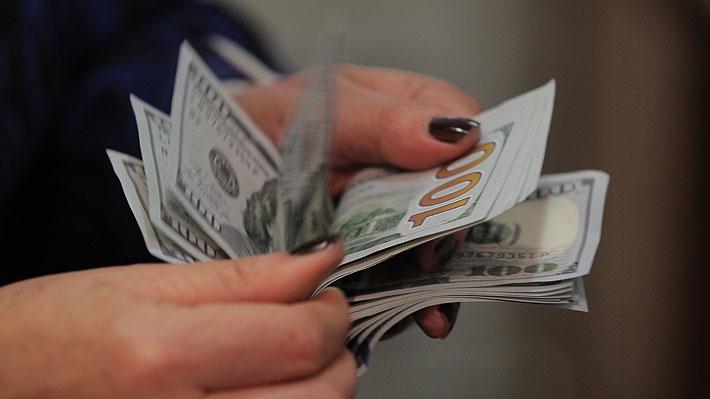 Dólar opera en $700 y se mantiene en máximos de más de tres años