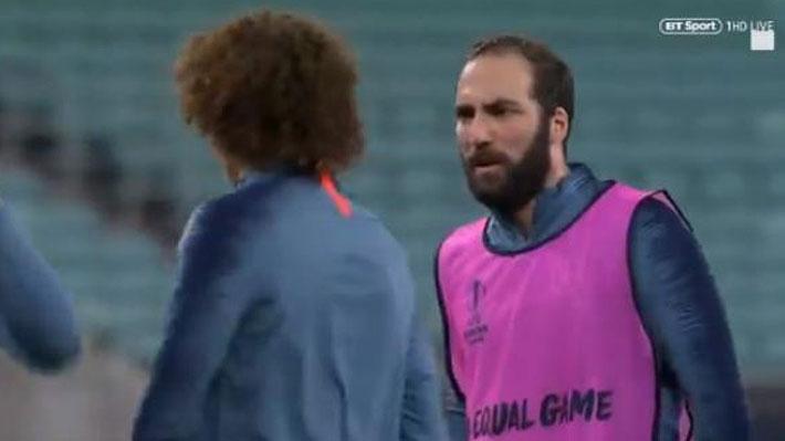 Video: Cruce entre Higuaín y David Luiz enfurece al DT del Chelsea en la previa de la final de la Europa League