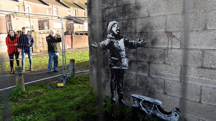 Mural de Banksy hecho en un garaje de Gales fue trasladado a un edificio para ser exhibido