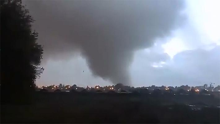 Inédito tornado causó estragos en ciudad de Los Ángeles: Provocó daños en casas, árboles y volcó vehículos