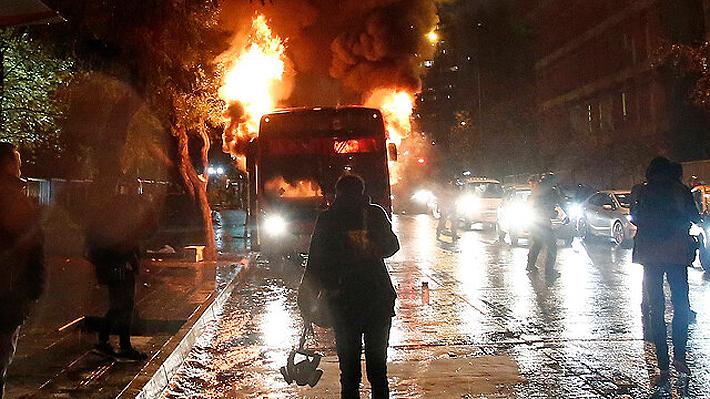 Manifestantes quemaron dos buses de RED en el centro de Santiago en medio de protesta contra el Gobierno