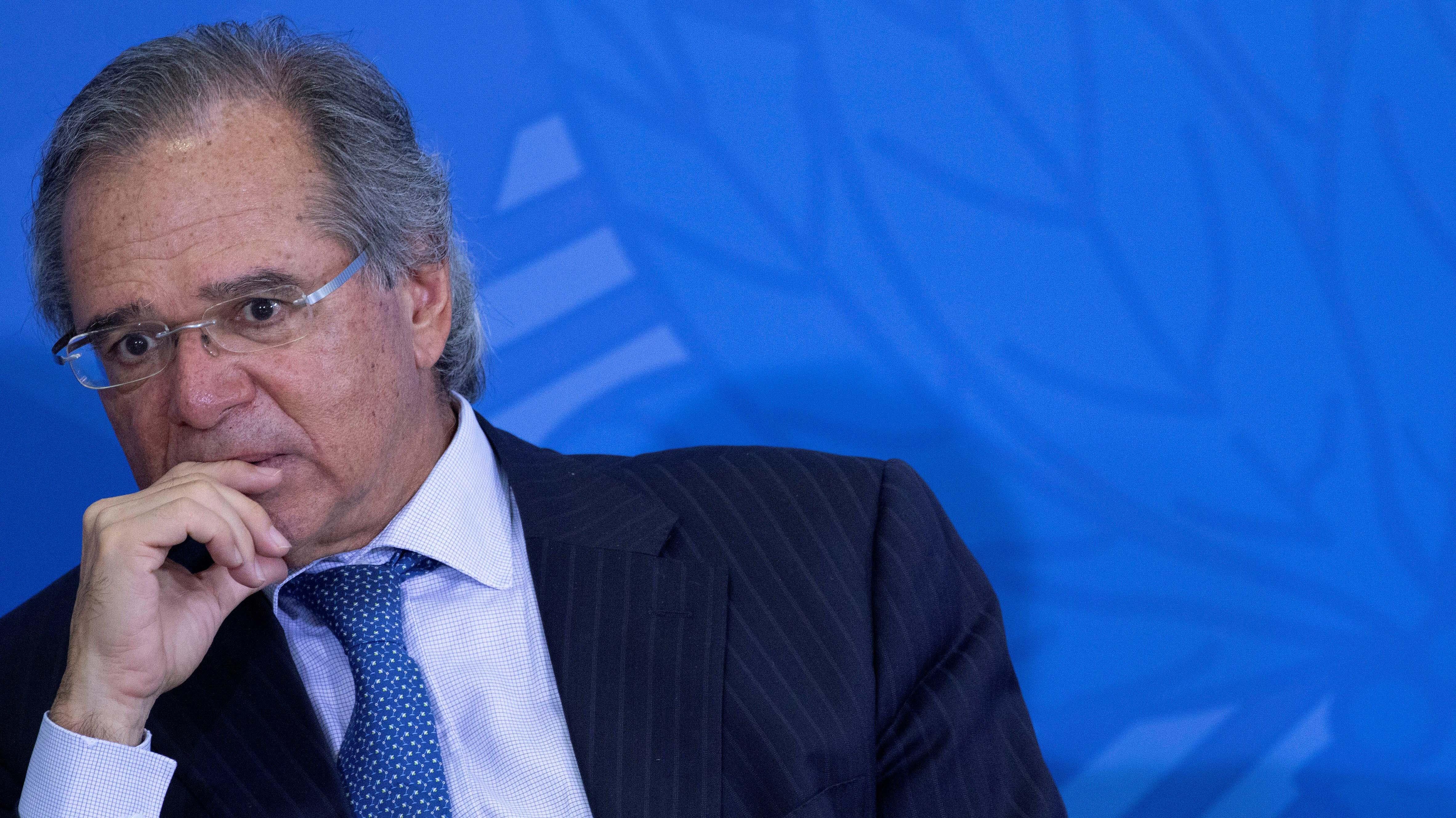 Los complejos días del ministro de Economía de Bolsonaro: Déficit al alza y nulo avance de la reforma de pensiones