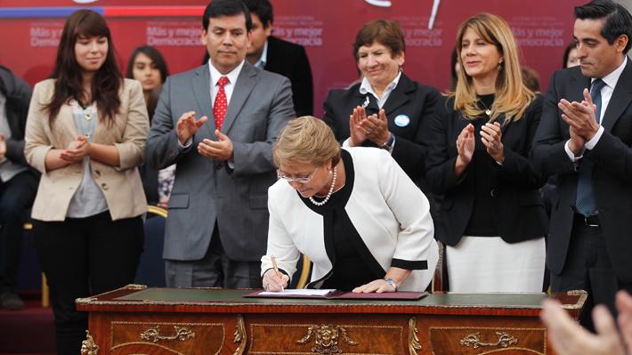 """""""No es un triunfo para la burocracia, sino para todo Chile"""": El día en que Bachelet promulgó el aumento de parlamentarios"""