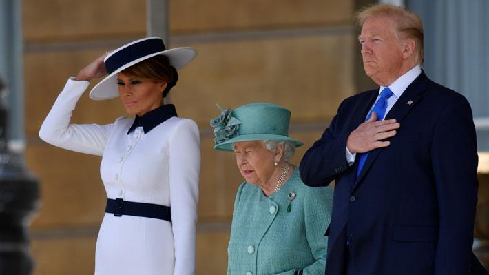 Isabel II recibe a Trump en el Palacio de Buckingham en el inicio de su visita a Reino Unido