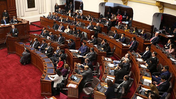Congreso peruano aprueba moción de confianza al Gobierno de Vizcarra y evita su disolución