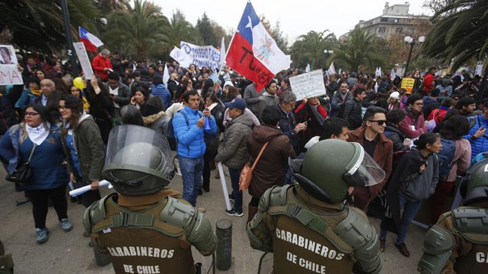 """Profesores marchan frente a La Moneda y emplazan a Piñera a que los escuche y no los """"mande a reprimir"""""""
