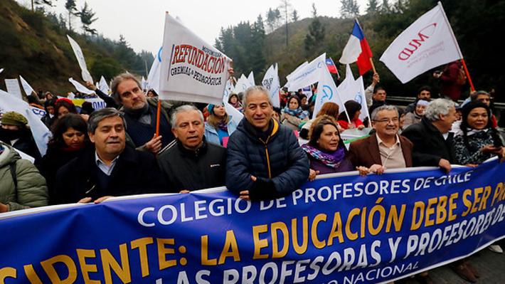 Profesores inician marcha por Ruta 68 y aseguran que esta tarde se reunirán con el Mineduc