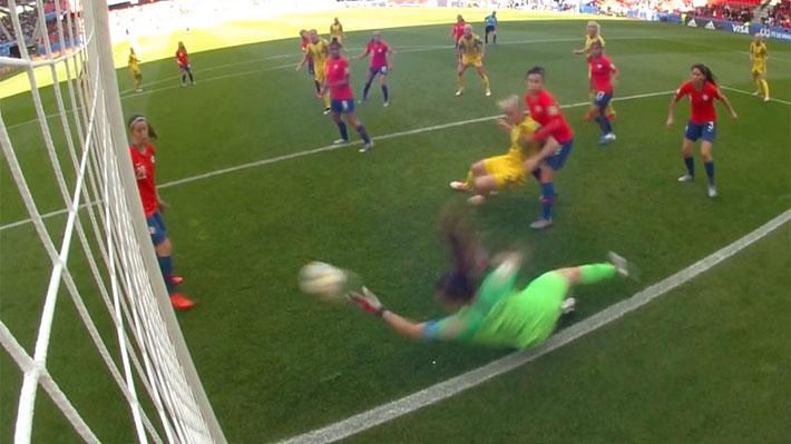 """Revisa la extraordinaria tapada con la que """"Tiane"""" Endler evitó un gol de Suecia ante Chile en el Mundial"""