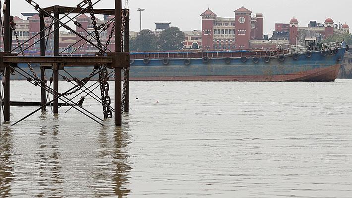 Mago indio está desaparecido tras sumergirse amarrado con cadenas y cuerdas en el río Ganges