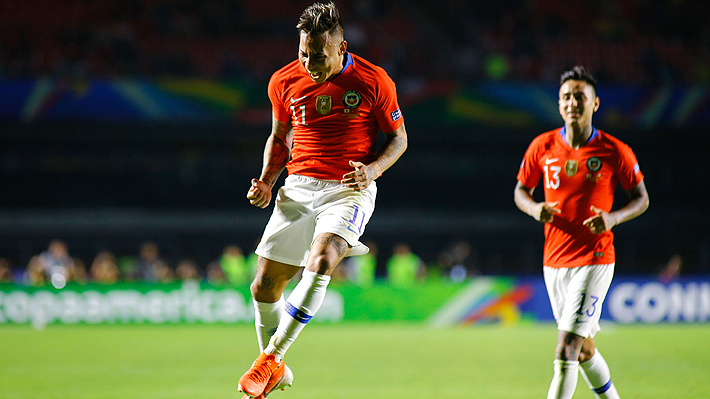 Mira la imagen de la jornada: La celebración de Vargas en su primer gol ante Japón con un eufórico Rueda de fondo