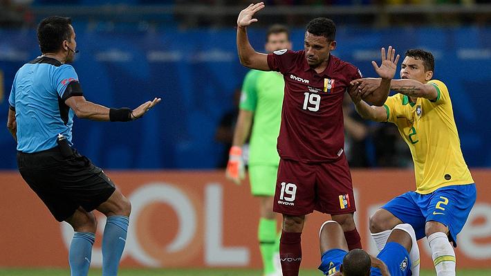 Con tres goles anulados por el chileno Julio Bascuñán, Brasil solo empató con Venezuela y se fue entre pifias