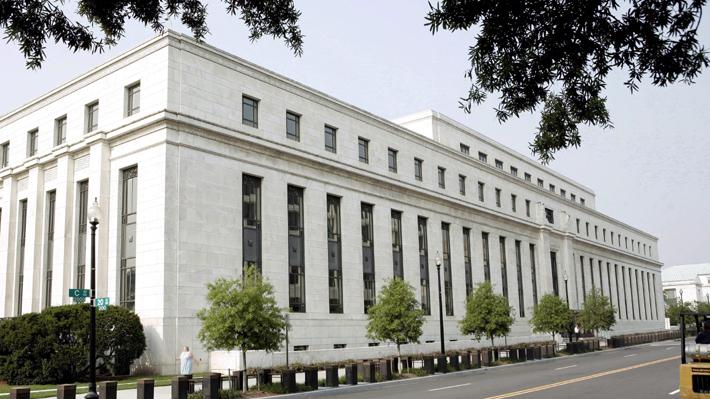 """Fed decide mantener actuales tasas y promete """"sostener la expansión"""" económica de EE.UU."""