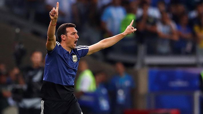 """Técnico de Argentina destaca """"la suerte de estar vivos"""" y un jugador lo contradijo públicamente por un cambio"""