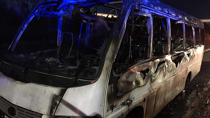 Encapuchados incendian bus que trasladaba trabajadores forestales en Ercilla