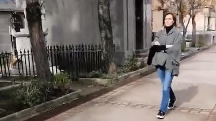 Mujer increpa a ministra Cubillos en cementerio capitalino por el paro de profesores