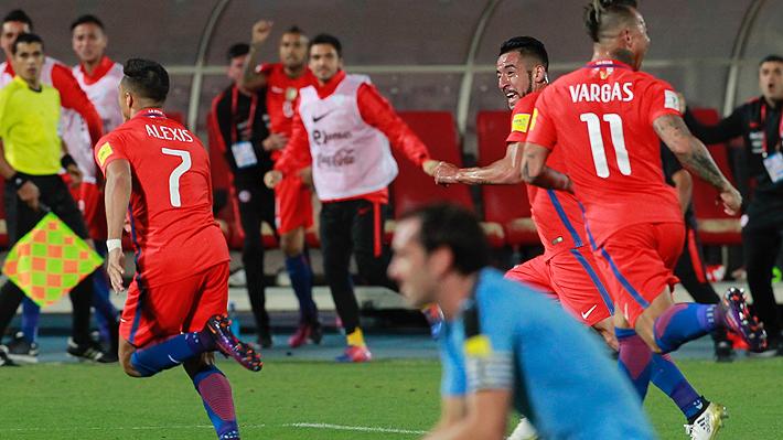 """Un partido con 19 expulsados y un """"gol imposible"""": El recuerdo de los mejores duelos entre Chile y Uruguay"""