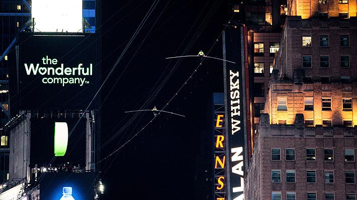 Video: Hermanos equilibristas cruzan Times Square a través de un cable ubicado a 25 pisos de altura