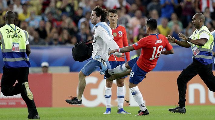 Jara la hizo otra vez ante Uruguay... Hincha ingresó a la cancha y el defensa lo agredió con una patada