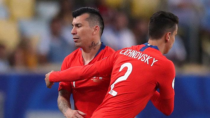 Gary Medel explica la molestia que lo obligó a pedir el cambio, pero no se alarma pensando en el duelo ante Colombia
