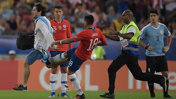 Debió haber sido expulsado: Lo que dice el reglamento sobre la patada de Jara al hincha que ingresó al Chile-Uruguay