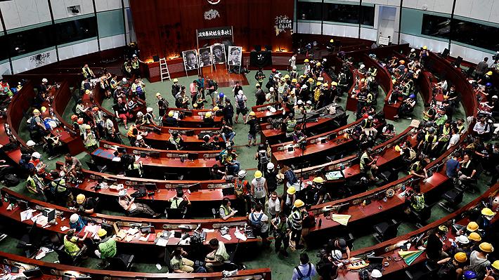 Manifestantes se toman sede del Parlamento de Hong Kong tras derribar puerta