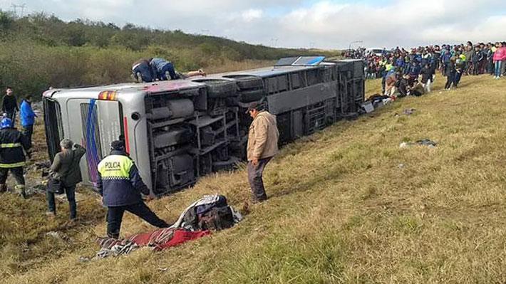 Volcamiento de bus turístico en Argentina deja al menos 13 muertos y 30 heridos