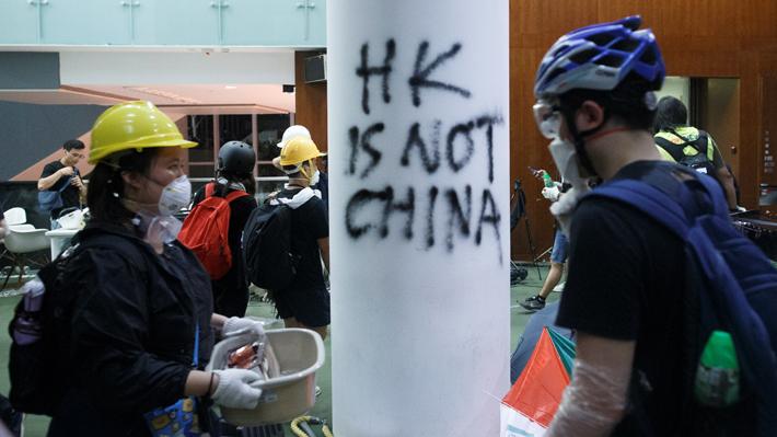 Policía de Hong Kong recupera el control del Parlamento tras toma que duró tres horas