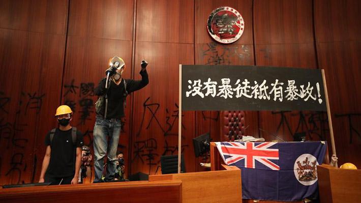 """Manifestantes que se tomaron sede del Parlamento de Hong Kong: """"Sabemos que violamos la ley, pero no hay alternativa"""""""