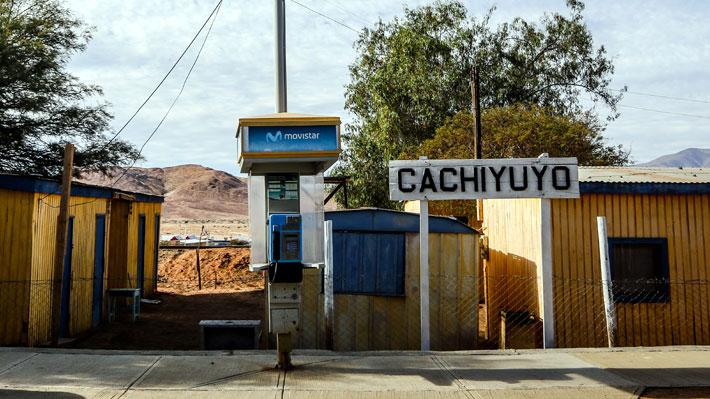 El teléfono de Cachiyuyo: Cientos de visitantes eligieron el pueblo para ver el eclipse gracias al emblemático comercial