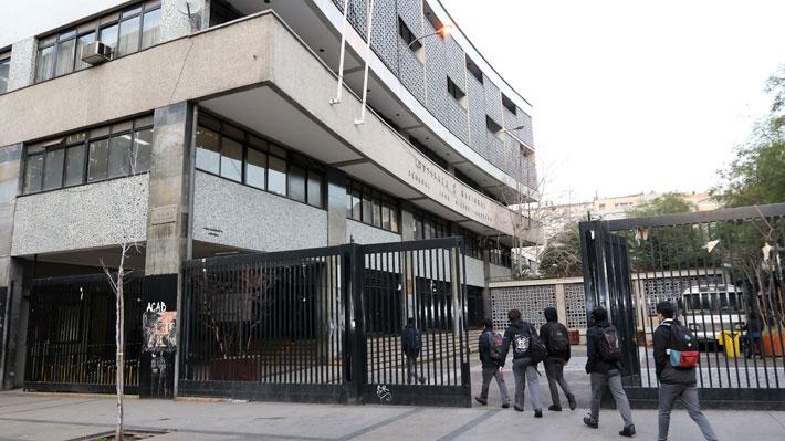 """Apoderados por advertencia de alcalde de cerrar I. Nacional: """"Es absolutamente inviable, habría un caos"""""""