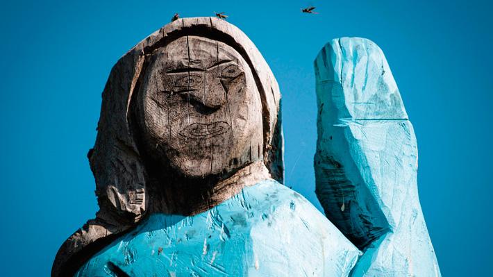"""Mira las fotos de la polémica estatua de Melania Trump en su pueblo natal en Eslovenia: """"Parece un espantapájaros"""""""