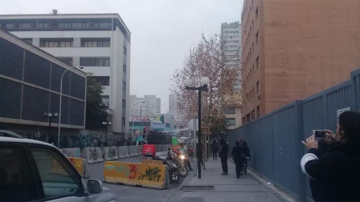 Encapuchados lanzan molotov desde el Instituto Nacional a Carabineros en regreso a clases