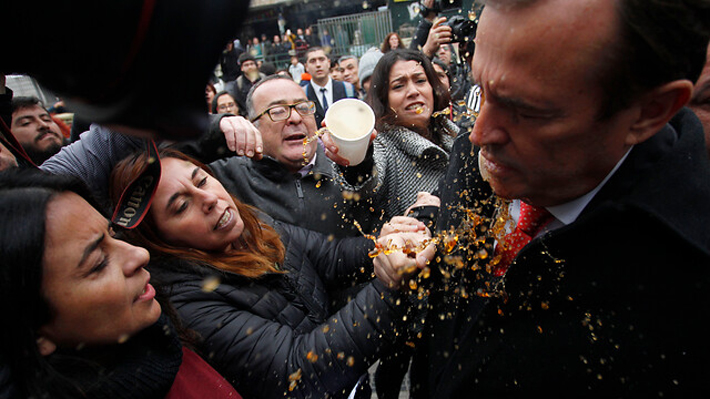 Estudiantes y apoderados del I. Nacional increpan duramente a diputados de Chile Vamos que aprobaron Aula Segura