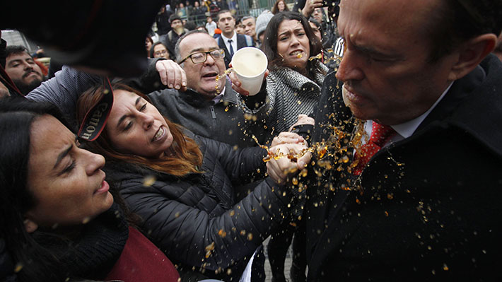 Agresión a diputados y bombas molotov: Crónica del intenso retorno a clases en el Instituto Nacional