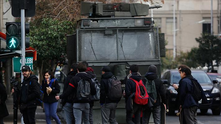 Encapuchado es alcanzado por fuego de una molotov en nuevos incidentes en el Instituto Nacional