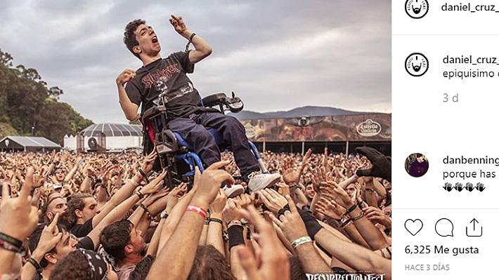 Video: Conmovedor momento se vivió en un concierto de metal en España cuando el público levantó a joven en silla de ruedas